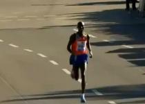Atletica: Kipsang da record nella maratona