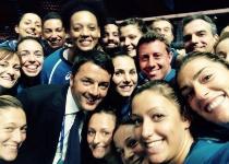 Renzi, selfie con le ragazze del volley