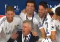Il Real irrompe in conferenza stampa: canta anche Ancelotti. Video