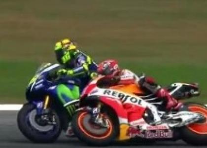 MotoGP, Malesia: contatto con Rossi, Marquez nella polvere