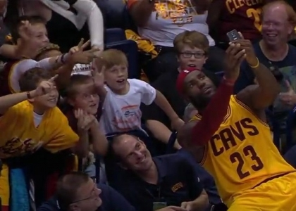 Nba: selfie coi tifosi per LeBron James. Video
