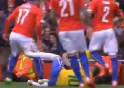 Brasile-Cile, Medel calpesta Neymar. Video