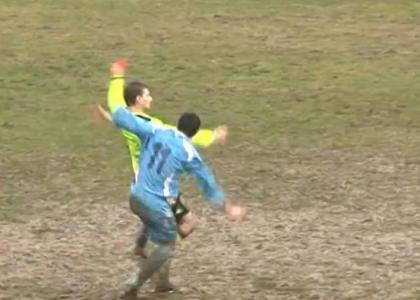 Follia ad Arezzo: calcione all'arbitro dopo l'espulsione. Video