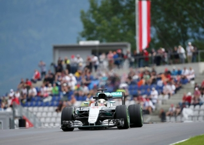 F1, GP Abu Dhabi: Hamilton mette pressione a Rosberg