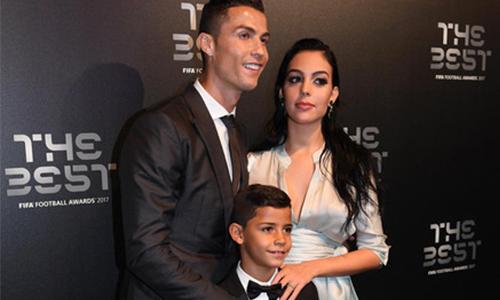Football Awards: il figlio di Ronaldo stringe la mano a Messi