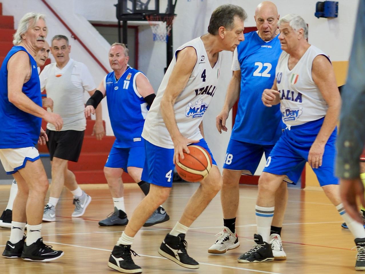Milano festeggia il maxibasket con un gran derby