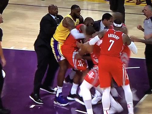 Nba, i Rockets battono 124-115 i Lakers e finisce in rissa