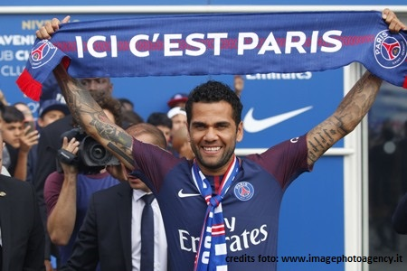 Ligue 1, PSG: Dani Alves solleva la coppa ma si infortuna