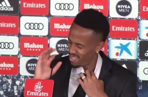 VIDEO / Real Madrid, l'emozione è troppo forte: malore per Eder Militao durante la presentazione