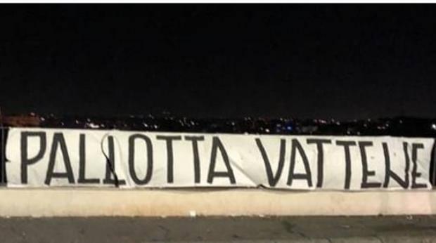 Roma, decine di striscioni contro la dirigenza:
